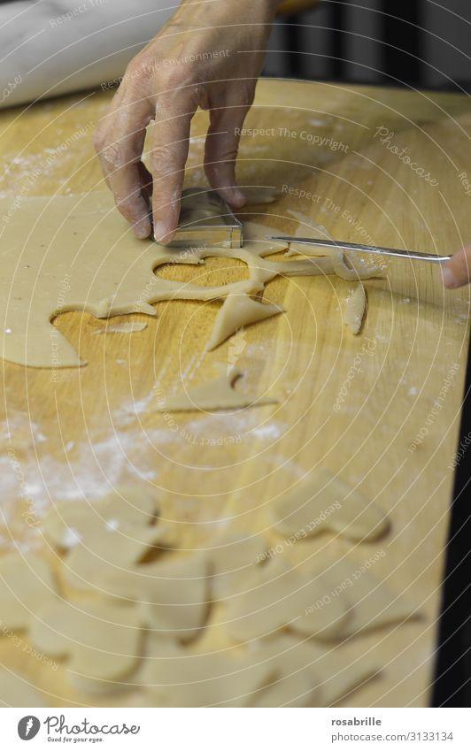 Fingerspitzengefühl | beim Plätzchen ausstechen Teigwaren Backwaren Messer Freizeit & Hobby Häusliches Leben Küche Weihnachten & Advent Bäcker Hand Herz Liebe