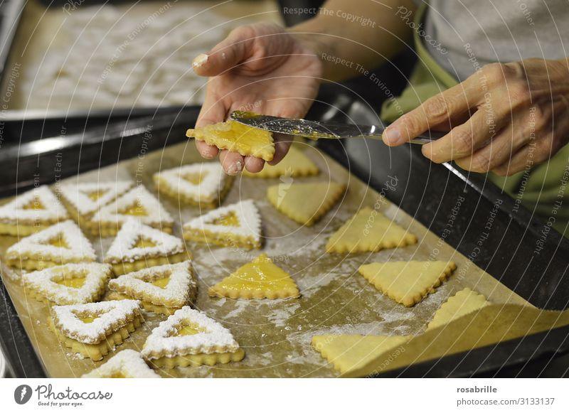 Fingerspitzengefühl | beim Hildabrötchen bestreichen Teigwaren Backwaren Marmelade Messer Häusliches Leben Küche Weihnachten & Advent Hand Liebe frisch süß gelb
