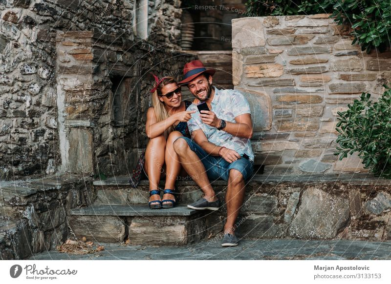 Junges Paar mit Smartphone auf den Spuren einer Altstadt Lifestyle Freude Ferien & Urlaub & Reisen Tourismus Sommerurlaub Handy Technik & Technologie