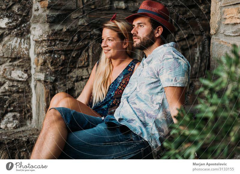 Junges Paar sitzt auf der Treppe in einem alten Dorf Lifestyle Freude Ferien & Urlaub & Reisen Tourismus Sommer Sommerurlaub Mensch maskulin feminin Junge Frau