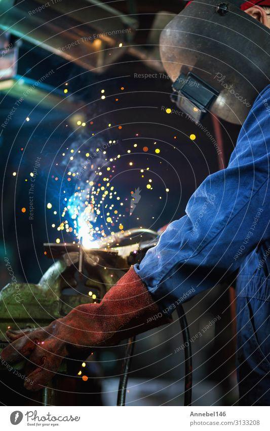 Schweißer schweißt in der Garage, Industriearbeiter Arbeit & Erwerbstätigkeit Beruf Arbeitsplatz Fabrik Werkzeug Technik & Technologie Mann Erwachsene Metall