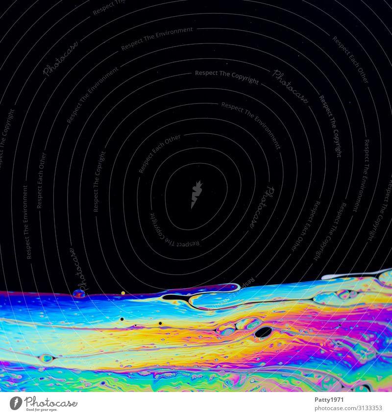 Interferenzfarben in einem Seifenfilm Wissenschaften Physik Oberflächenspannung Flüssigkeit verrückt mehrfarbig schwarz beweglich bizarr Farbe Horizont