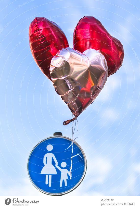 Fußgängerschild mit Luftballons Freude Sightseeing Sommer Feste & Feiern Jahrmarkt wandern Party Himmel Straße Verkehrszeichen Verkehrsschild Fußgängerzone