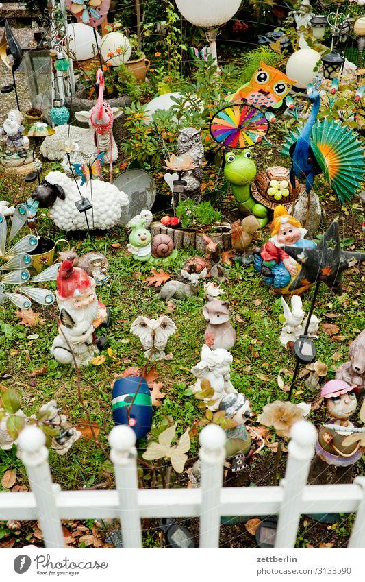 Vorgarten mit Intensivdeko Dekoration & Verzierung Figur Garten Gartenzwerge Gras Kitsch Schrebergarten Kleingartenkolonie Menschenleer Nippes Pflanze Rasen