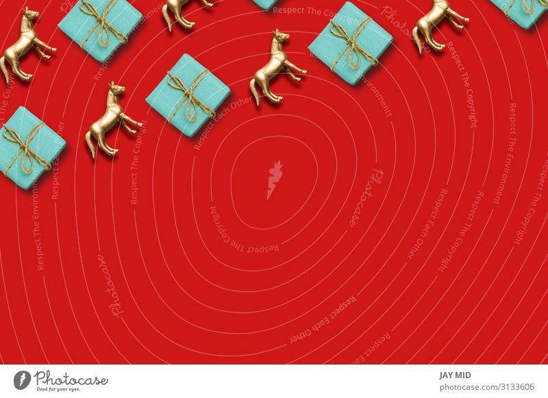 Geschenkbox und goldenes Pferdemuster Komposition Weihnachtshintergrund Design Glück Dekoration & Verzierung Feste & Feiern Weihnachten & Advent Ornament oben
