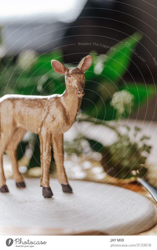 Urlaubsort und Spielzeug goldenes Rentier auf dem Teller Abendessen Glück Winter Dekoration & Verzierung Tisch Restaurant Erntedankfest Weihnachten & Advent