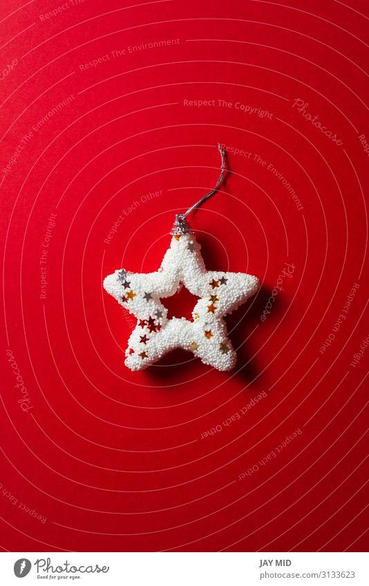 Glänzend weißer Weihnachtsstern auf rotem Hintergrund, minimales Konzept Winter Dekoration & Verzierung Feste & Feiern Weihnachten & Advent Sammlung Ornament