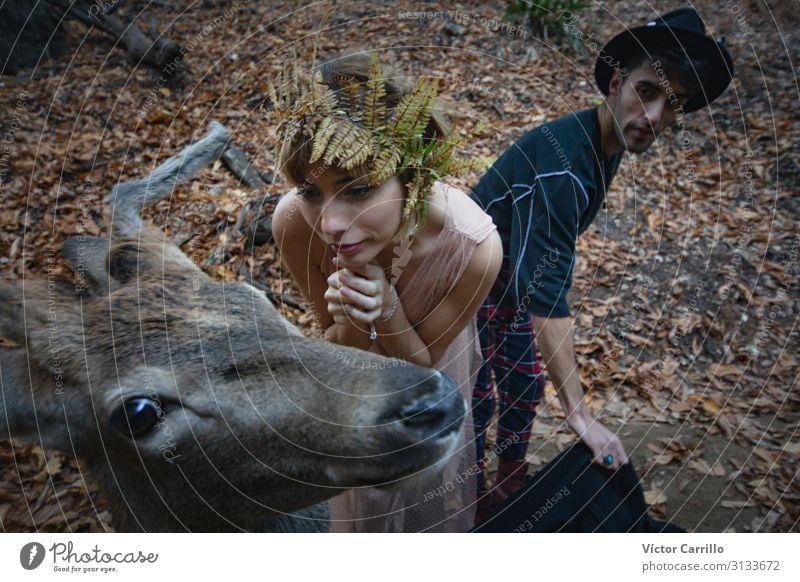 Eine junge blonde Boho-Frau und ein junger Mann mit einem Hirsch. Lifestyle elegant Stil exotisch Mensch maskulin feminin Junge Frau Jugendliche Junger Mann