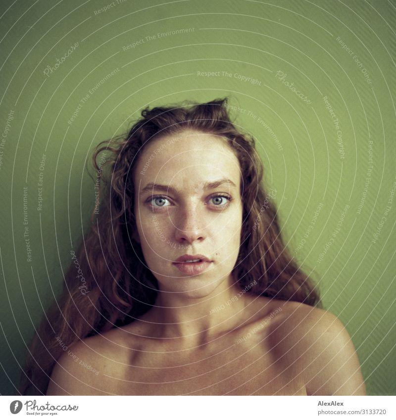 Rechteckiges Portrait einer jungen Frau vor grüner Wand Jugendliche Junge Frau Stadt schön 18-30 Jahre Gesicht Erwachsene Leben natürlich feminin