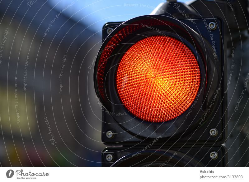 Das rote Semaphorenlicht. Trafic Kontrollleuchte. Design Ferien & Urlaub & Reisen Lampe Stadtzentrum Verkehr Fußgänger Straße Autobahn PKW Bewegung dunkel