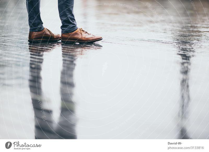 Mann steht mit Spiegelung bei Regenwetter auf der nassen Straße spiegeln Schatten Herbst herbstlich Reflexion & Spiegelung Farbfoto Wassertropfen Außenaufnahme