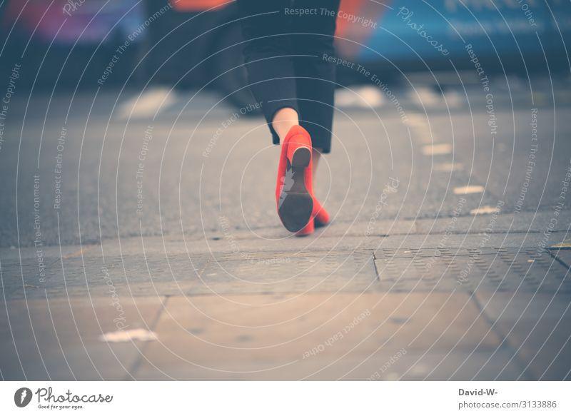 Frau mit eleganten Schuhen überquert die Straße Business überqueren Straßenverkehr Stadt Stadtzentrum Stadtleben Straßenkreuzung Weg achtsam aufmerksam Verkehr
