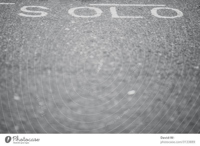 SOLO Schriftzug Wort solo Solokonzert allein alleine Einsam frei ledig solist isoliert zurückgezogen getrennt verlassen Straße wortbild Einsamkeit einsam