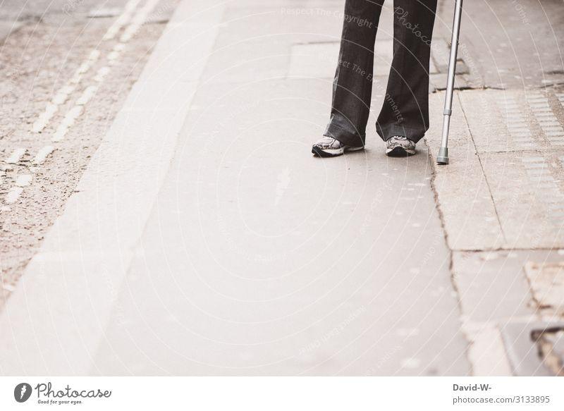 Krückstock Frau Mensch Mann Einsamkeit Gesundheit Lifestyle Erwachsene Leben Religion & Glaube Senior Wege & Pfade feminin Gesundheitswesen gehen maskulin