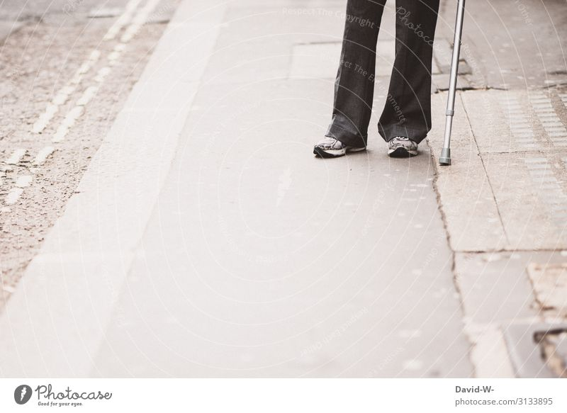 Krückstock Lifestyle Gesundheit Gesundheitswesen Behandlung Krankheit maskulin feminin Frau Erwachsene Mann Senior Leben 1 Mensch 60 und älter gehen Armut
