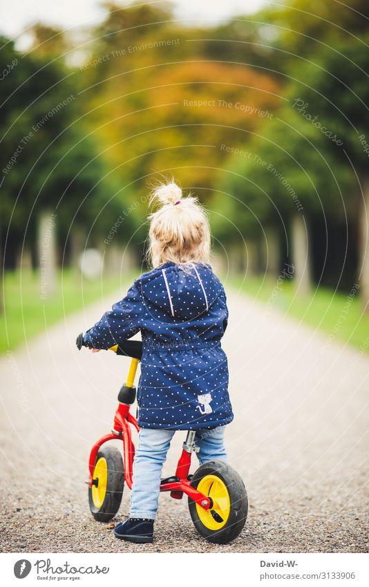 Kind unterwegs mit dem Rad Fahrrad Kinderfahrrad selbstbewußt Fahrradhelm Sicherheit Starke Tiefenschärfe Wege & Pfade fahren Fahrradfahren lernen