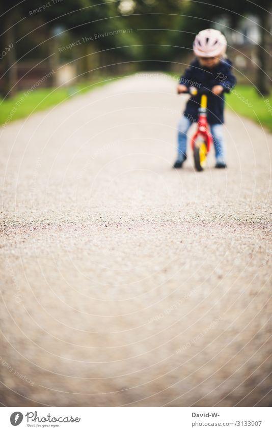 Kind unterwegs mit dem Rad Fahrrad Kinderfahrrad Fahrradhelm Sicherheit Starke Tiefenschärfe Wege & Pfade fahren Fahrradfahren lernen üben üben üben