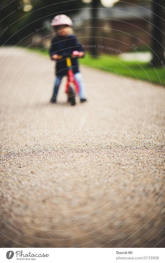Kleinkind fährt Fahrrad Fahrradfahren Kind Straße Helm Kindheit draußen