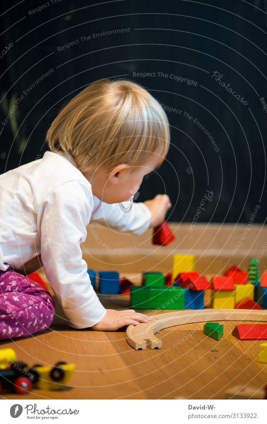 Besser Spielzeug aus Holz als aus Plastik Spielen Häusliches Leben Wohnung Kinderzimmer Mensch feminin Kleinkind Mädchen Kindheit Hand Finger 1 1-3 Jahre Umwelt