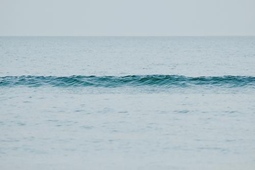 wellenlang Natur Landschaft Urelemente Wasser Himmel Ostsee trist Wellen flau 1 klein Einsamkeit Langeweile Lebenslinie ruhig Windstille Farbfoto Außenaufnahme