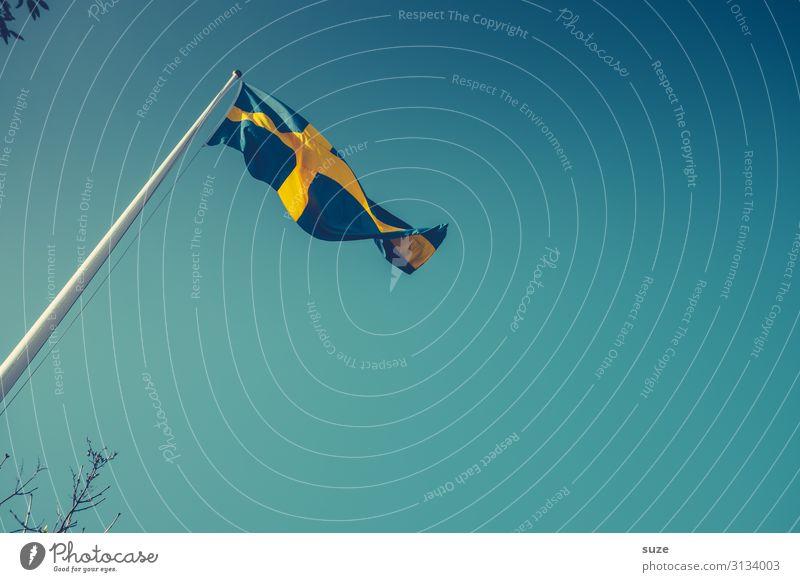 Nicht ohne Grund wehte die Schwedische Flagge am Himmel Freiheit Sommer Umwelt Luft Wolkenloser Himmel Klima Schönes Wetter Wind Stoff Zeichen Kreuz Fahne blau
