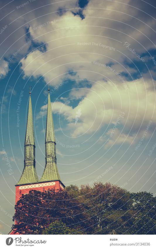Hohe Erwartung Himmel Natur Himmel (Jenseits) Stadt Wolken Religion & Glaube Umwelt Kirche Spitze Hoffnung Dach Baumkrone Skandinavien nordisch Schweden