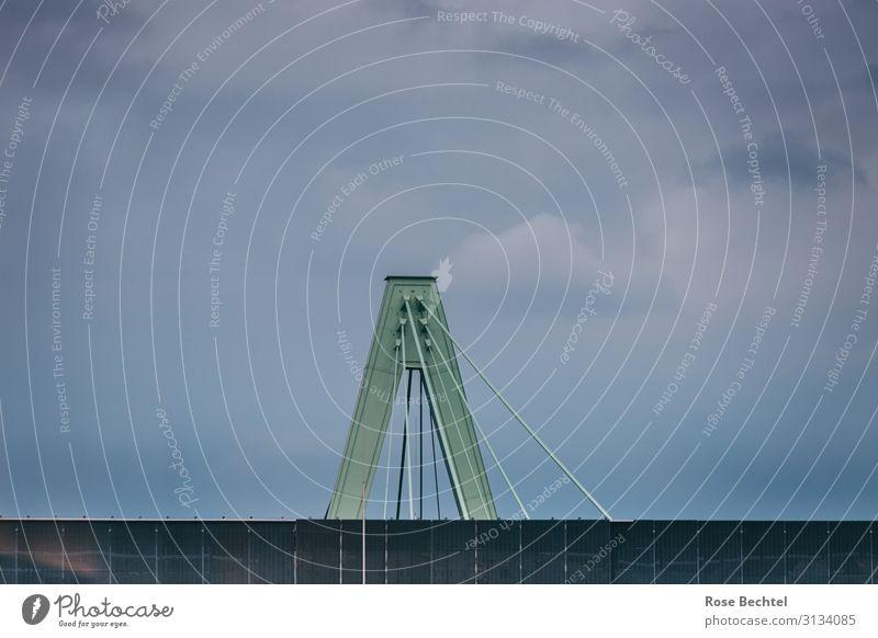 Brückenpfeiler vor abendlichen Regenhimmel blau grün grau Metall Kraft trist hoch fest schlechtes Wetter Endzeitstimmung Stabilität