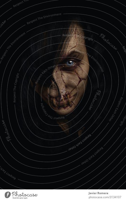 Schrecklicher weiblicher Geist mit genähtem Mund und Narben auf dem Gesicht. Haut Schminke Halloween Seil feminin Frau Erwachsene Lippen Lächeln Blick