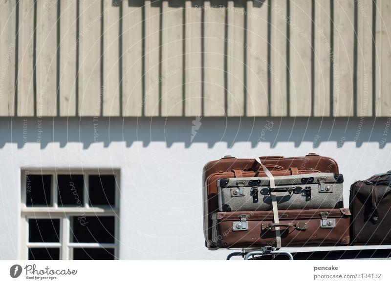 reiselust koffer auto haus verreisen gepäckträger dachgepäckträger Außenaufnahme Verkehr Gepäckträger Detailaufnahme Tag Mauer alt ferien sonnenschein vintage