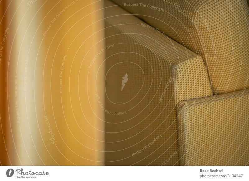 Gelb mit gelb Stil Häusliches Leben Wohnung einrichten Innenarchitektur Möbel Sessel Wohnzimmer Gardine Farbe abgewohnt Ton-in-Ton Farbfoto Innenaufnahme