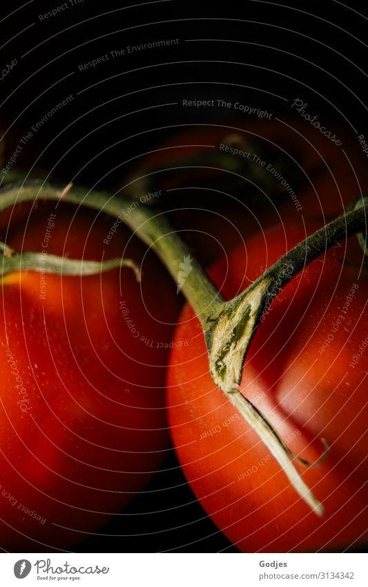 Makroaufnahme von zwei roten Tomaten mit Stiel Lebensmittel Gemüse Ernährung Gesundheit grün schwarz einzigartig Detailaufnahme Essen Foodfotografie Nahaufnahme