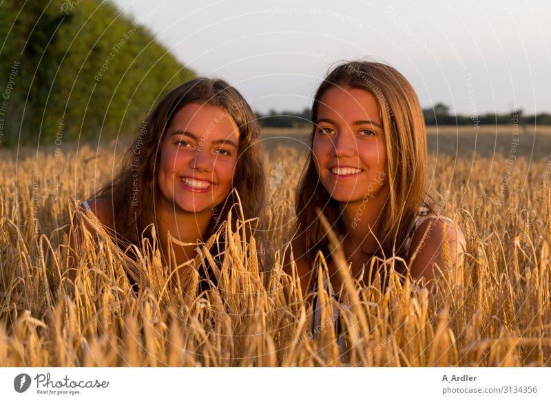zwei junge Frauen im Kornfeld Leben harmonisch Wohlgefühl Zufriedenheit Mensch feminin Junge Frau Jugendliche Schwester Familie & Verwandtschaft Freundschaft 2