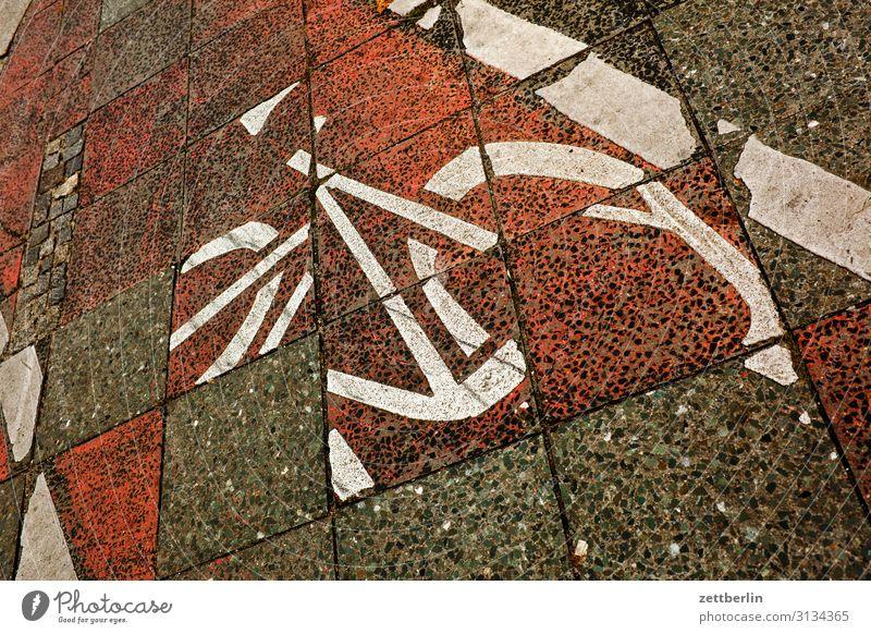 Fahrradweg Asphalt chaotisch durcheinander Fahrbahnmarkierung Fahrradfahren Fahrradtour Hinweisschild Linie Schilder & Markierungen Navigation Orientierung