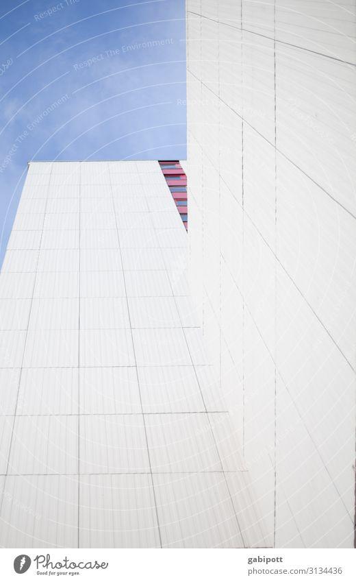 Ein Stück vom Himmel Haus Hochhaus Gebäude Fassade Fenster eckig hoch Stadt Kraft Willensstärke Macht Hoffnung Horizont modern Perspektive Reichtum Farbfoto