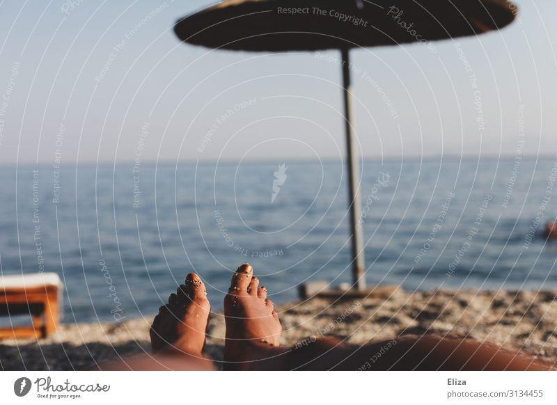 Nichts tun am Strand feminin Beine Fuß Sommer Meer Erholung Ferien & Urlaub & Reisen Ferne liegen Sonnenschirm Horizont Sonnenbad Bräune Wärme faulenzen