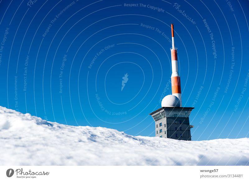 Brockengipfel im Winter Landschaft Himmel Wolkenloser Himmel Schönes Wetter Eis Frost Schnee Berge u. Gebirge Gipfel Schneebedeckte Gipfel kalt blau rot weiß