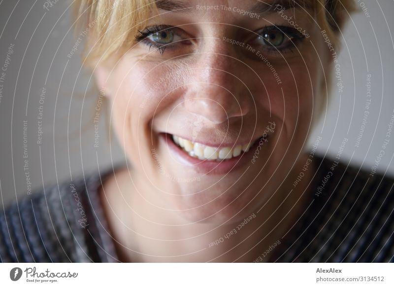 Sehr nahes Portrait einer lächelnden, jungen Frau mit Grübchen Lifestyle Stil Freude schön Leben Zufriedenheit Junge Frau Jugendliche Gesicht 18-30 Jahre