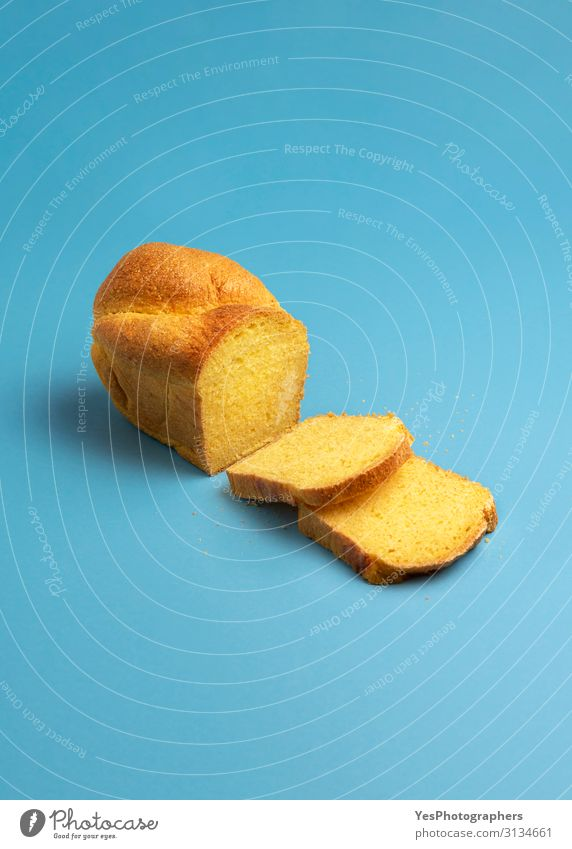 Maisbrot und -scheiben. Frisch gebackenes Brot mit Maismehl Gesunde Ernährung Tisch frisch Gesundheit lecker blau gelb gold Portugiesisch Backwaren