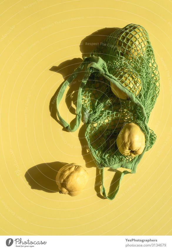 Quittenfrüchte im Einkaufskorb. Herbstfrüchte in umweltfreundlicher Tasche Lebensmittel Frucht kaufen Gesunde Ernährung Gesundheit natürlich gelb gold