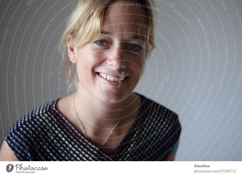 Portrait einer jungen Frau Jugendliche Junge Frau schön Freude 18-30 Jahre Gesicht Lifestyle Erwachsene Leben natürlich Stil elegant blond Lächeln ästhetisch