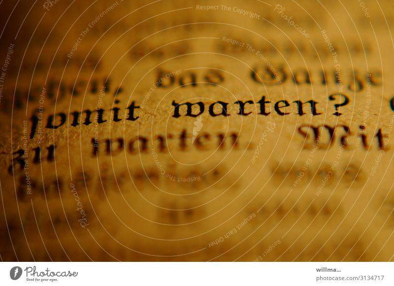 Worauf warten? lesen Buch Text Schriftzeichen Frakturschrift altdeutsch Nostalgie Buchseite Literatur Schriftstück Fragen Nahaufnahme Zeit