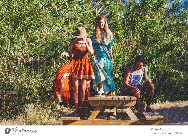 Eine Gruppe von zwei jungen Boho-Frauen und einem Mann. Lifestyle Freude Glück schön Erholung Tourismus Sommer Strand Erwachsene Freundschaft Jugendliche