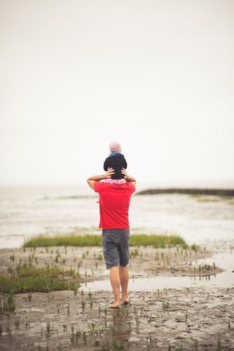Vater mit Kind Mensch Ferien & Urlaub & Reisen Natur Jugendliche Mann Junger Mann Mädchen Strand Erwachsene Leben Umwelt Liebe Küste Familie & Verwandtschaft