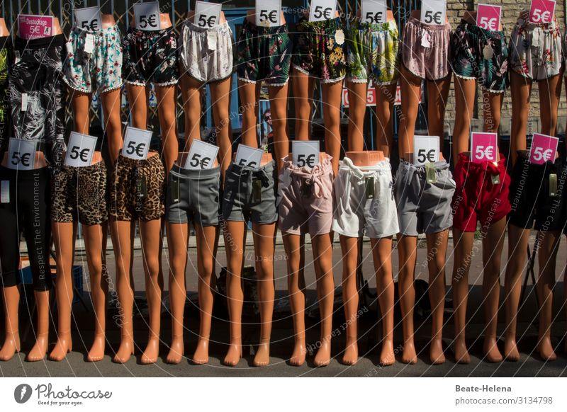 lange Beine: 20 Schaufensterpuppen in Hotpants zu 5 Euro billig Marktplatz Sonderangebot Schönheit Sommer Frauenbeine Farbfoto Außenaufnahme Jugendliche