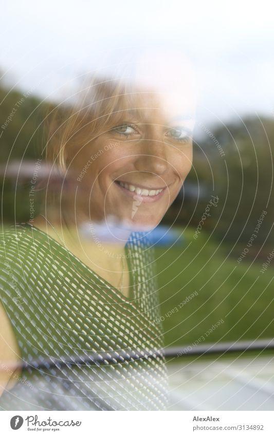 Portrait einer jungen Frau hinter einem Fenster Lifestyle elegant Stil Freude schön harmonisch Häusliches Leben Garten Glasscheibe Junge Frau Jugendliche