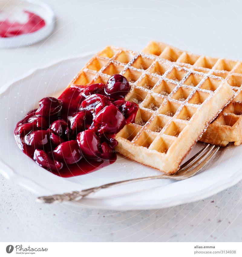 Frische Waffeln mit heißen Kirschen Lebensmittel Kuchen Ernährung Kaffeetrinken Teller Gabel Essen gelb rot weiß Frucht backen süß belgische waffeln Dessert