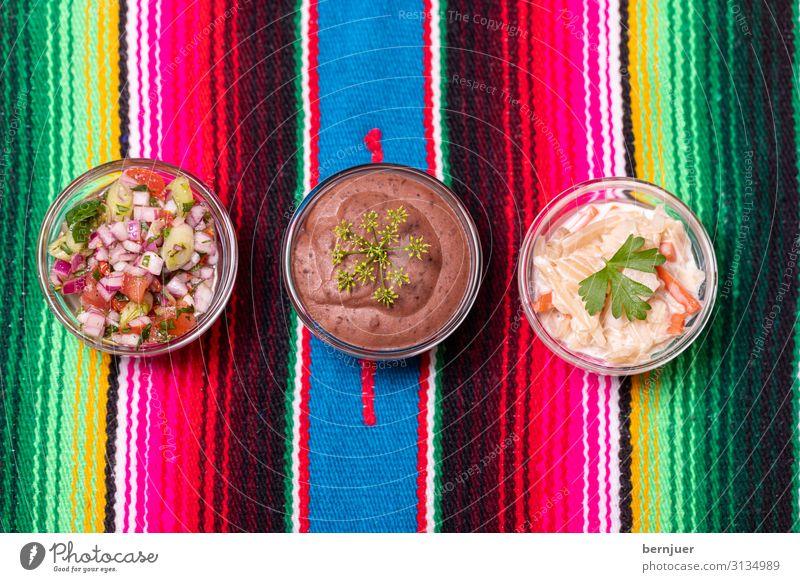 drei mexikanische Salsas Lebensmittel Kräuter & Gewürze Schalen & Schüsseln Tisch frisch lecker gelb grün rot weiß Bio Zutaten Koriander Küche Tomate Saucen