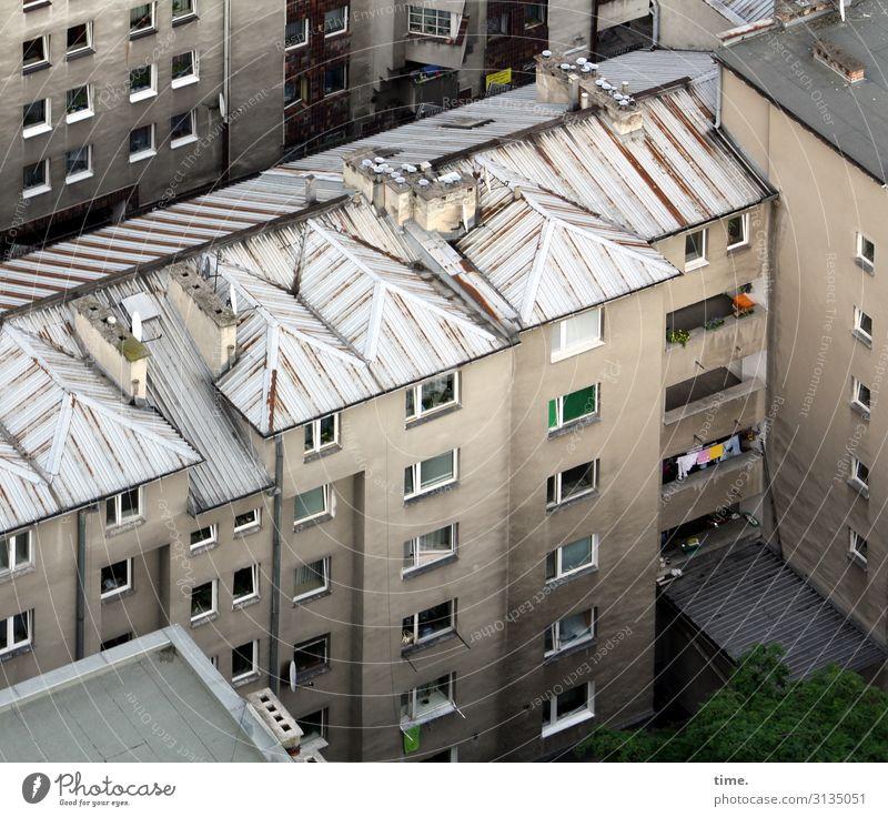 Nachbarschaften (III) Krakow Stadtzentrum Haus Hochhaus Gebäude Architektur Mauer Wand Fassade Balkon Fenster Dach dunkel trashig trist Schutz Zusammensein