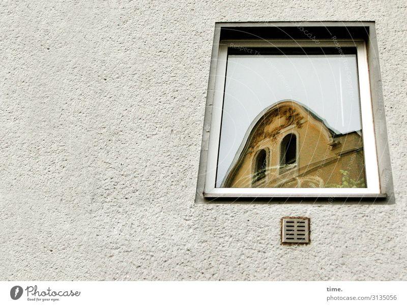 Die Laune der Nachbarn haus fenster wand lüftungsschlitz fassade putz glas spiegelung perspektive mauer neubau altbau urban skurril