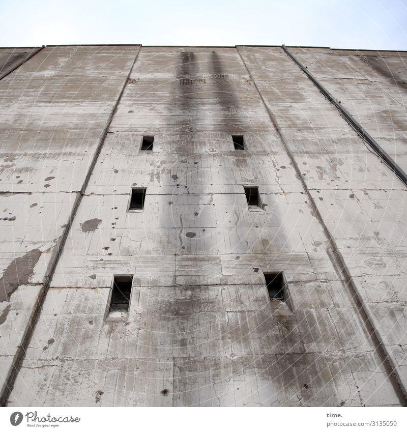 Halswirbelsäulentraining (VI) Ruine Bauwerk Gebäude Architektur Bunker Mauer Wand Fassade Fenster Stein Beton Linie Streifen dreckig dunkel einfach fest